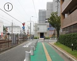 JR猪名寺駅から左の道を線路沿いに進み、次の角で今度は右に曲がります。