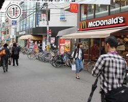 阪急塚口駅北口を出てすぐのマクドナルドで右に曲がります。