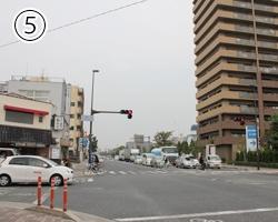 交差点に出てきたらそこを左に曲がります。